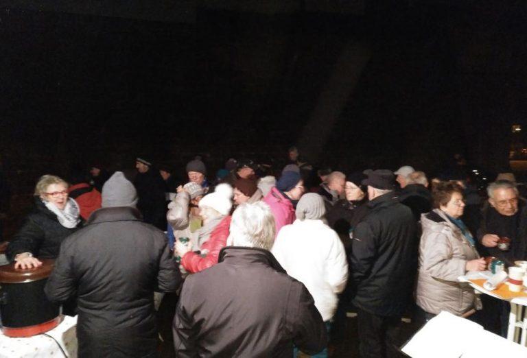 viele Freunde kamen und sangen mit uns
